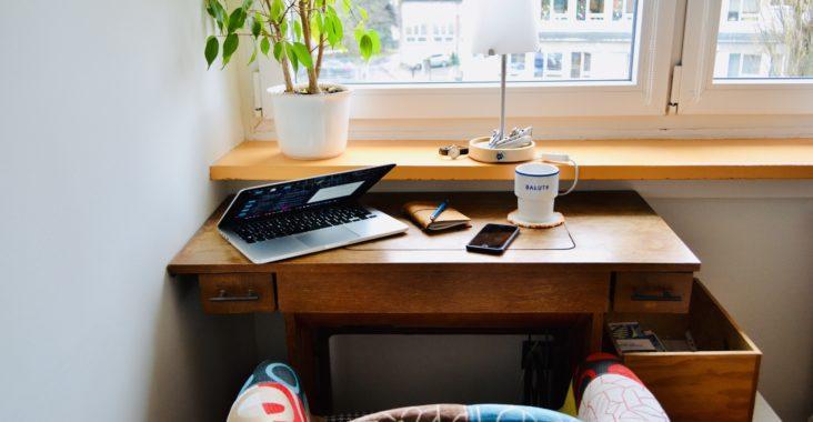 biurko, fotel, maszyna